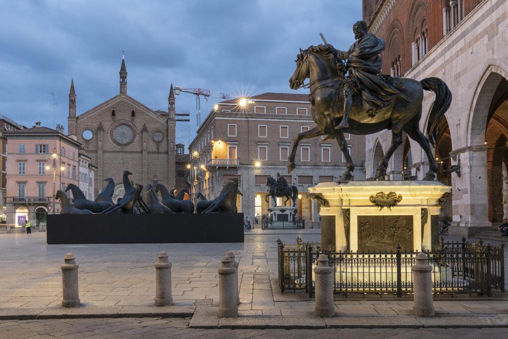PaladinoPiacenza, veduta dell'installazione, Piazza Cavalli (Piacenza) ©️ Lorenzo Palmieri 2020