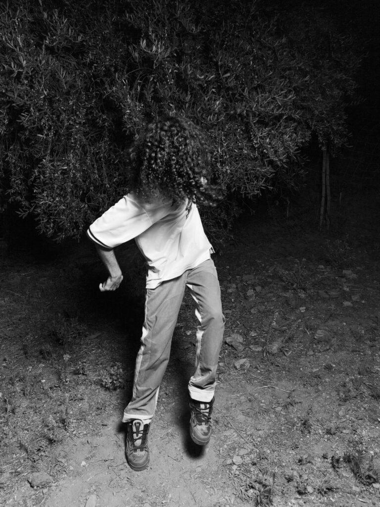 Simone Bergantini, NO FACE (How to dance rave music), 2020-21, stampa su cartoncino fotografico ai pigmenti, 15 elementi, 80x60 cm