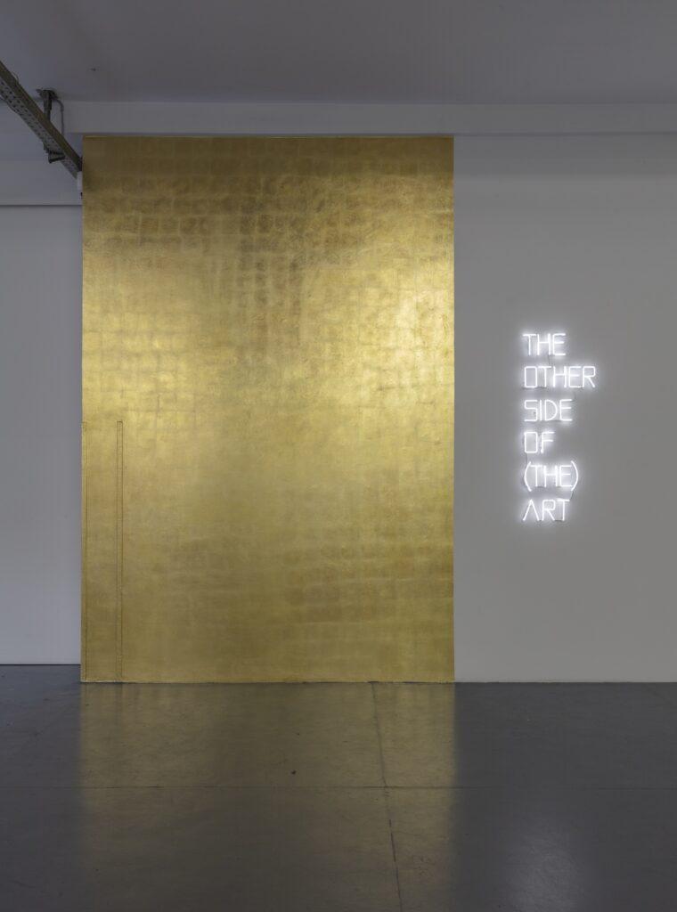 Massimo Uberti, The other side of ( the) art, 2021, neon, trasformatori e foglia oro, dimensioni ambientali, courtesy the artist and Galleria Giampaolo Abbondio